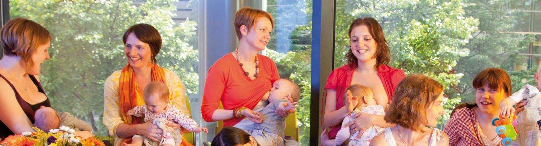 Groep mama's die borstvoeding geven